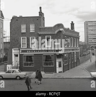 1960s, the Bricklayers Arms Pub, Queen's Row, Southwark, London SE17, England, UK, A Whitbread pub and a traditional working men's pub or boozer. - Stock Image