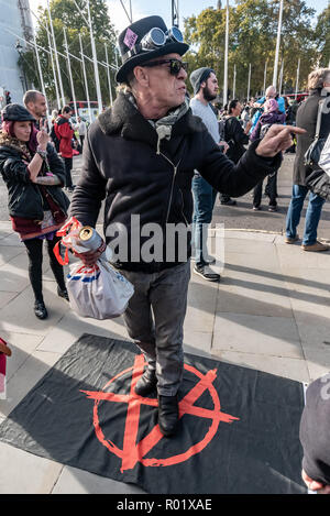 London, UK. 31st October 2018. A man tells police they are protecting criminals as people block the roadway in front of Parliament after making the 'Declaration of Rebellion' against the British Government for its criminal inaction in the face of climate change catastrophe and ecological collapse. They listened to speeches by George Monbiot and Green Party MP Caroline Lucas and there were songs and poems. A number of activists brought large wreaths and lay down with them, with several lock-ons. Police tried to clear the road, but the protesters ignored them, taking a show of hands to remain bl - Stock Image