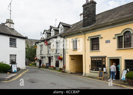 The Red Lion Inn, Main Street, in the village of Hawkshead in Cumbria. A 15th century coaching inn which now offers - Stock Image