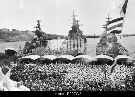 Havana residents welcome Soviet warships at a local seaport during their Cuban visit - Stock Image