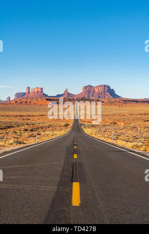 The road leading up to Monument Valley Navajo Tribal Park on the Arizona-Utah border, United States of America, North America - Stock Image