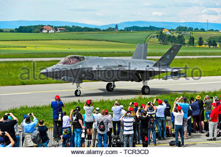 Spotters welcoming the all-weather stealth multirole fighter Lockheed Martin F-35A Lightning II of the US Air Force on the Payerne military airfield i - Stock Image