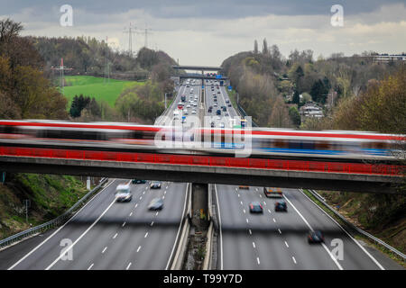 26.03.2019, Erkrath, North Rhine-Westphalia, Germany - Traffic landscape, road traffic and S-Bahn traffic intersect on the A3 motorway. 00X190326D018C - Stock Image