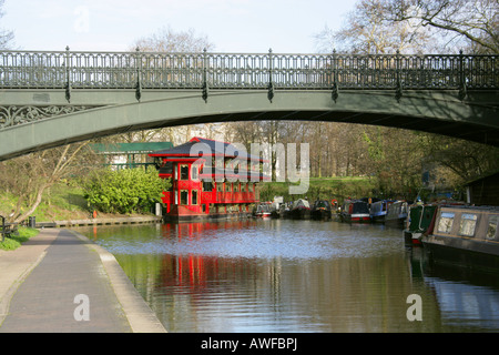 St Marks Bridge Over the Regents Canal London with Feng Shang Floating Chinese Restaurant in the Background - Stock Image