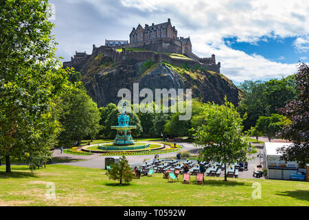 The Castle and the Ross Fountain from West Princes Street Gardens, Edinburgh, Scotland, UK. - Stock Image
