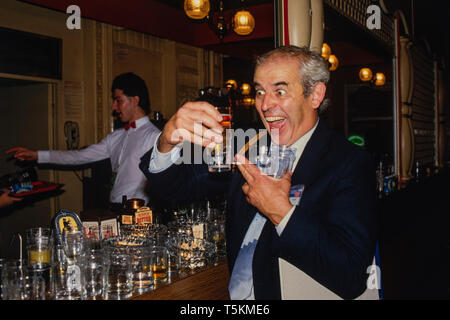 Ralph Steadman at the Conservative Party Conference, Blackpool England in October 1985 Ralph Steadman (born 15 May 1936) is a Welsh illustrator best known for collaboration and friendship with the American writer Hunter S. Thompson. Steadman is renowned for his political and social caricatures, cartoons and picture books. - Stock Image