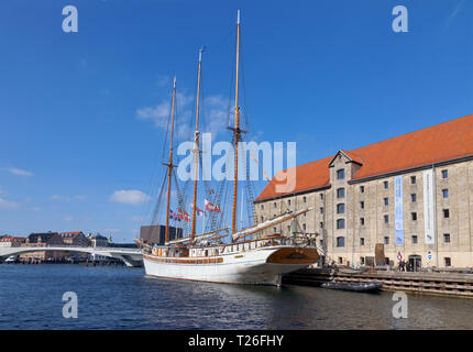 The schooner Linden moored at Nordatlantens Brygge, the North Atlantic Wharf, Christianshavn, Copenhagen inner harbour, Denmark. - Stock Image