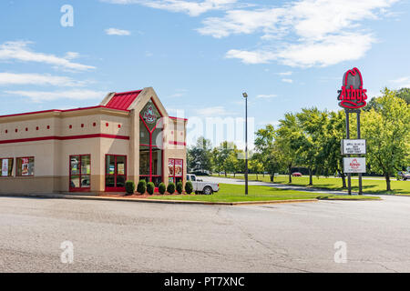 HICKORY, NORTH CAROLINA, USA- 9/18/18: An Arby's fast food restaurant building and road sign. - Stock Image