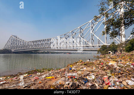 Horizontal view of the plastic pollution collecting on the banks of the river Hooghly in Kolkata aka Calcutta, India. - Stock Image