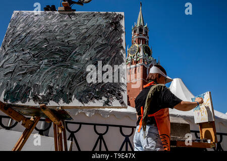 Moscow, Russia. 18th May, 2019  A woman during the 9th Draw St Basil's Cathedral art festival in Red Square - Stock Image