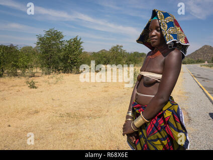Mucubal tribe woman selling bracelets on the side of the road , Namibe Province, Capangombe, Angola - Stock Image
