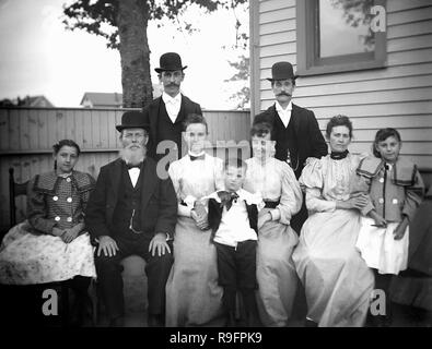 Extended family portrait in the backyard, ca. 1905. - Stock Image