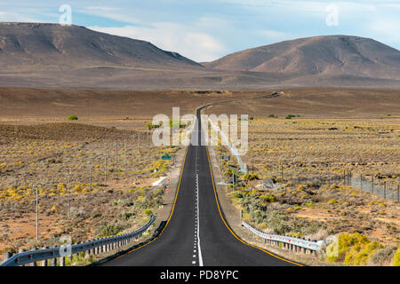 The R354 road leading through the Karoo region to the Northern Cape Province town of Sutherland in South Africa. - Stock Image
