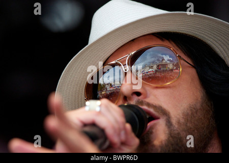 The National Gallery of Art and Trafalgar Square are reflected in the sunglasses of Cuban Brother's lead singer - Stock Image