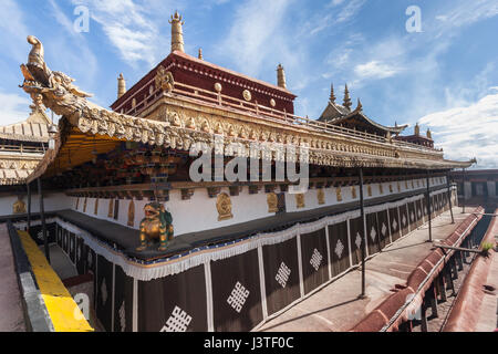 Roofline and golden pinnacles of the Jokhang temple, Lhasa, Tibet. - Stock Image