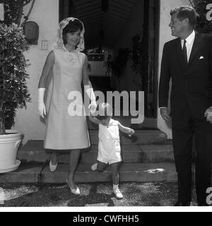 John F. Kennedy Jr with his parents, U.S. President John F Kennedy and Jackie Kennedy, April 14, 1963 - Stock Image