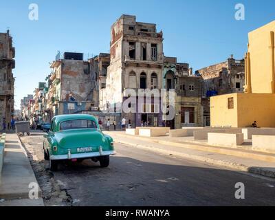 Old American car in a dilapidated side street off El Malecon, Bahia de la Habana, Havana, capital of Cuba - Stock Image