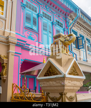 Decorative stone elephant ornaments on the wall in front of rraditional Peranakan terrace houses in Joo Chiat Singapore - Stock Image