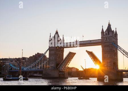 England, London, Southwark, Tower Bridge Opening at Sunrise - Stock Image