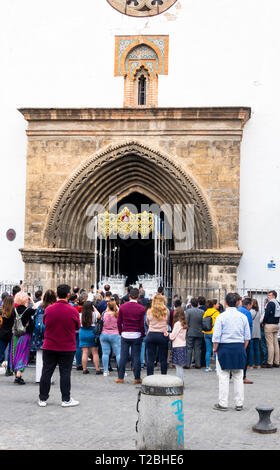 A new golden altar being delivered to the Church of Omium Santorum on Calle Feria in Seville for Semana Santa (Holy Week). - Stock Image
