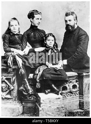Alexander Graham Bell (1847-1922) family portrait with his wife Mabel Gardiner Hubbard and their children Elsie May Bell (far left) and Marian Hubbard Bell, c. 1885 - Stock Image
