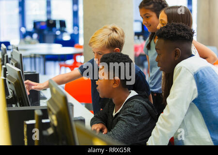 Junior high students using computer in computer lab - Stock Image