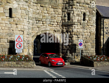 Car passing through Bondgate Tower, Alnwick, Northumberland, England UK - Stock Image