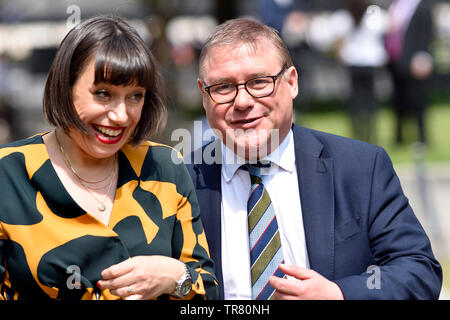 Mark Francois MP (Con: Rayleigh and Wickford) with Sky News' Political Editor Beth Rigby, on College Green, Westminster, 24th May 2019, the day Theres - Stock Image