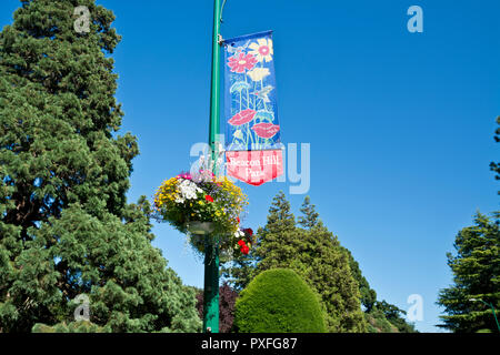 Beacon Hill Park in Victoria, BC, Canada. Sign and beautiful hanging basket of flowers in the park. - Stock Image