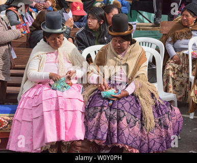 Traditional cholitas socialising, La Paz, Bolivia - Stock Image