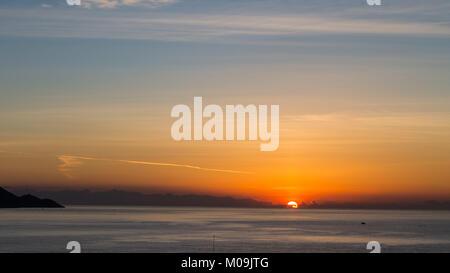Poniente Beach, Benidorm, Costa Blanca, Spain. 20th Jan, 2018. The winter sun rises over the Mediterranean as tourists - Stock Image