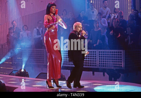 Sänger Georges Le Bonsai und Partnerin treten auf mit dem Song 'Agent 003 1/2', Deutschland 2000. Singer Georges Le Bonsai and his partner performing, Germany 2000. - Stock Image
