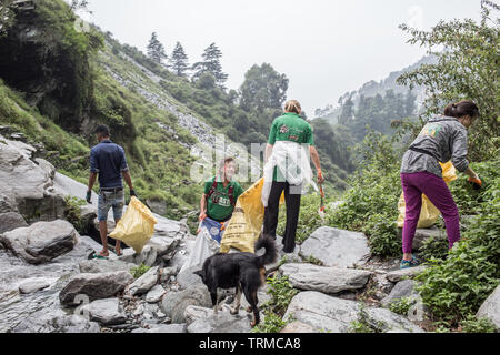 Volunteers for the organisation 'Waste Warriors' are cleaning a waterfall in north India - Stock Image