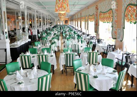 Main dining room with cloth linens and napkins, at the Historic Grand Hotel on resort island (and state park) of Mackinac Island, Michigan, USA. - Stock Image