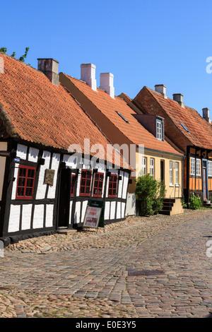 Quaint old 17th century Den skæve bar (The Crooked Bar) in cobbled street of Overgade, Ebeltoft, Jutland, Denmark, Scandinavia - Stock Image