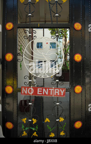 Elaborate wrought-iron gates on Sri Mariamman Temple, Chinatown, Singapore - Stock Image