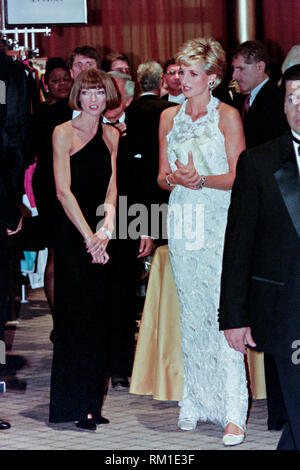 Diana, Princess of Wales walks with Vogue Magazine editor Anna Wintour, left, during a charity gala fundraising event for the Nina Hyde Center for Breast Cancer Research September 24, 1996 in Washington, DC. - Stock Image