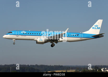 Dutch KLM Embraer ERJ-190 (old livery) with registration PH-EZS on short final for runway 14 of Zurich Airport. - Stock Image