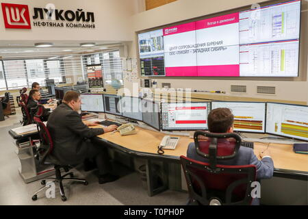 Kogalym, Russia. 21st Mar, 2019. KOGALYM, RUSSIA - MARCH 21, 2019: Employees of the Lukoil-West Siberia oil and gas company. Vyacheslav Prokofyev/TASS Credit: ITAR-TASS News Agency/Alamy Live News - Stock Image