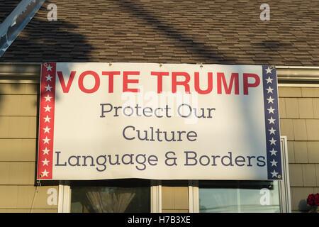 Bellmore, United States. 02nd Nov, 2016. Bellmore, New York, USA. November 2, 2016. Political banner 'VOTE TRUMP - Stock Image