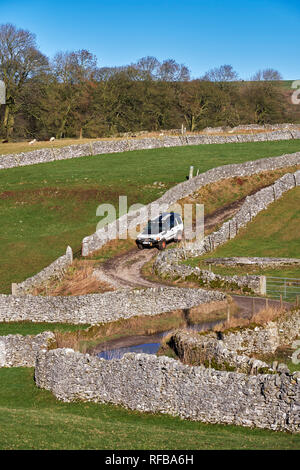Land Rover on Tideswell Lane, a Green Lane near Eyam. Peak District National Park, Derbyshire, England. - Stock Image