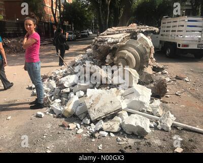 Orizaba 126, Roma Nte., Ciudad de México, Ciudad de México, Mexico. 19th Sep, 2017. A woman stands by - Stock Image