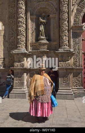 Traditional cholita in front of San Francisco Church, La Paz, Bolivia - Stock Image