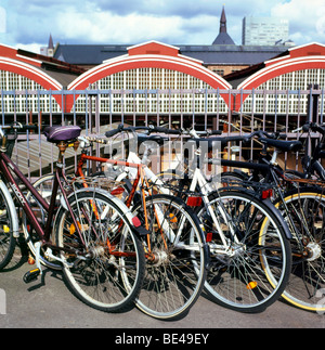 Bicycles parked outside Central Train Station, Kobenhaven H, Hovedbanegarden, Copenhagen, Denmark KATHY DEWITT - Stock Image