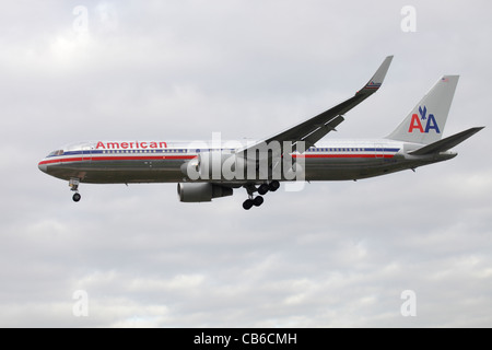American Airlines Boeing 767-323/ER N387AM on approach to Heathrow : cloudy sky - Stock Image