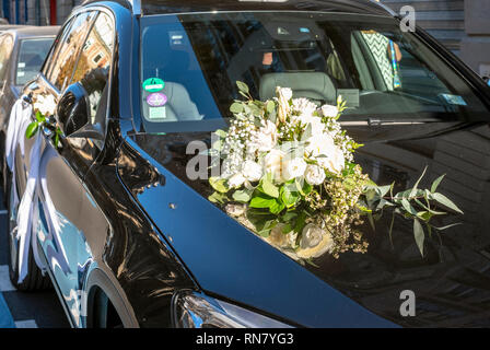 France, wedding bouquet with white flowers on the bonnet of a black car, - Stock Image