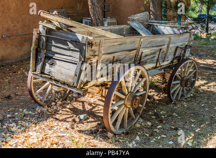 TAOS, NM, USA-6 JULY 18: An old farm wagon sets outside the Red Arrow Emporium on the Overland Sheepskin Ranch in El Prado, Taos, NM. - Stock Image