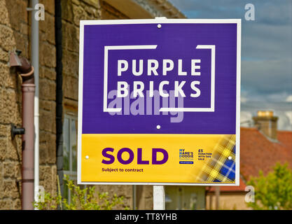 PURPLE BRICKS ON LINE ESTATE AGENCY SOLD SUBJECT TO CONTRACT SIGN OUTSIDE A HOUSE - Stock Image