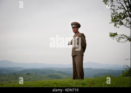 Un officier en charge de la visite de la DMZ (Zone coréenne démilitarisée) le 7 octobre 2012. An - Stock Image