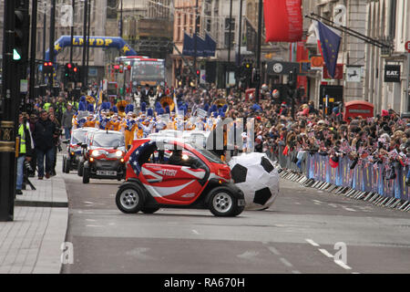 London, UK. 1st January, 2019. Twizzy electric card lead the fronto fhte parde at Picadilly. About 8,000 performers representing the London boroughs and over 20 countries from across the globe take part on the annual New Years Parade on the street of London on January 1, 2019. The parade will as is custom include dancers, acrobats, cheerleaders, marching bands, historic vehicles and huge balloons making their way from Green Park Tube station to Parliament Square.  Credit: david mbiyu/Alamy Live News Credit: david mbiyu/Alamy Live News - Stock Image